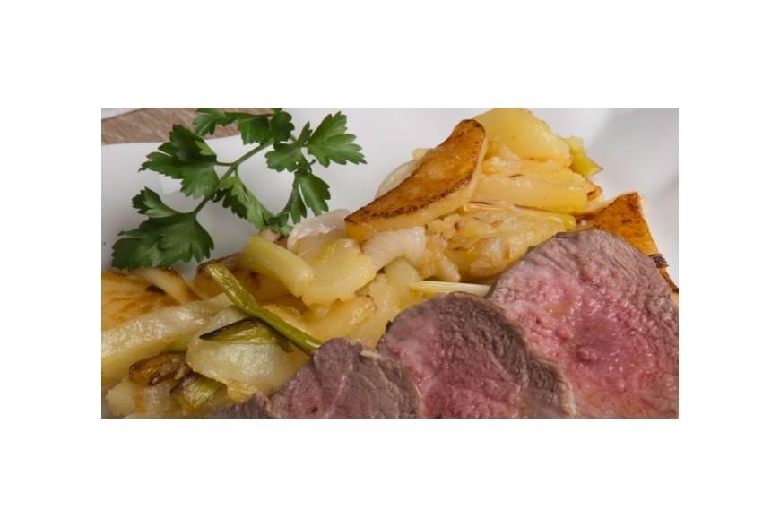 Secreto Ibérico sobre cama de patatas a lo probre